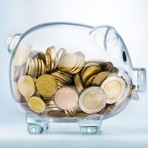 Durchsichtiges Sparschwein gefüllt mit Euro-Münzen