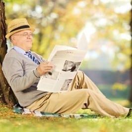 Älterer Mann liest Zeitung, BIVA-Informationen