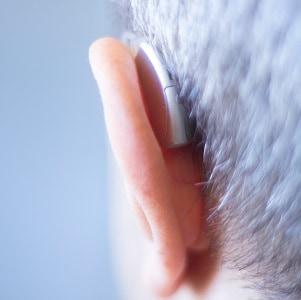 Alter Mann mit Hörgerät