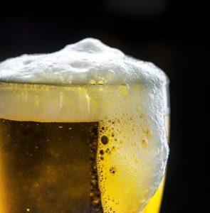Überschäumendes Bierglas