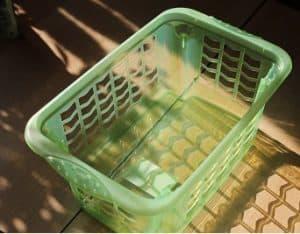 Ein leerer, hellgrüner Wäschekorb