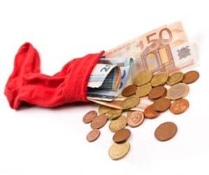 Roter Sparstrumpf mit Euroscheinen und Münzgeld.